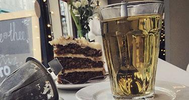 Losse thee met een carrot cake taart